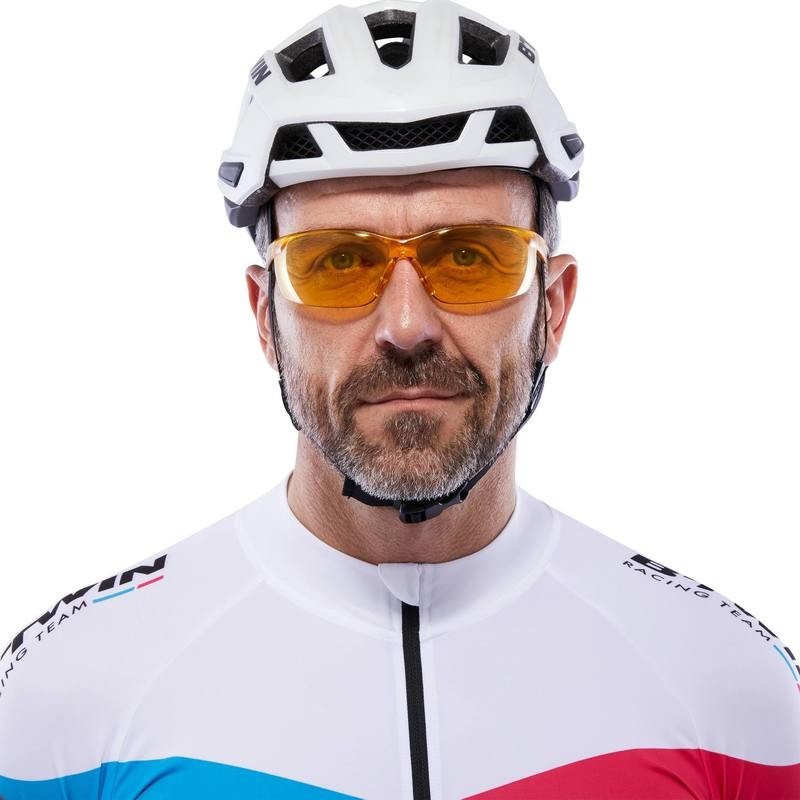 Велосипедист в желтых очках