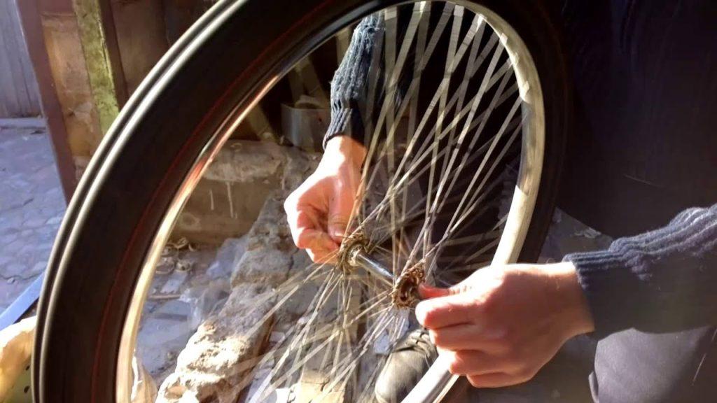 Проверка шатания колеса