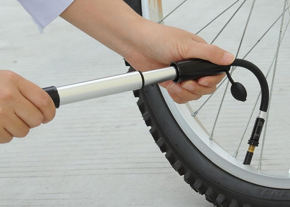 Накачивание колеса велосипеда