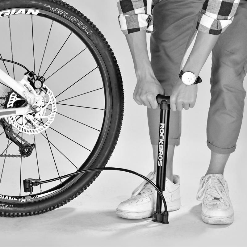 Как накачать колесо на велосипеде