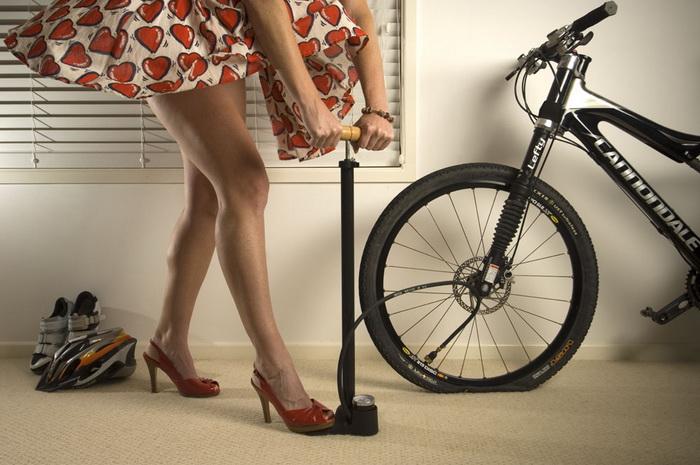 Процесс накачивания колеса велосипеда